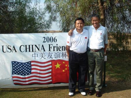 图文-第一届中美高尔夫友谊赛于惠民和李勇为队员加油