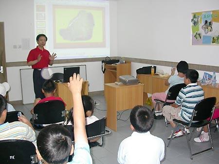 图文-万柳阳光高尔夫夏令营老师教高尔夫礼仪