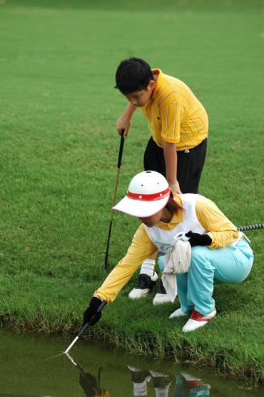 图文-张连伟杯青少年邀请赛首轮水塘寻找落水小球