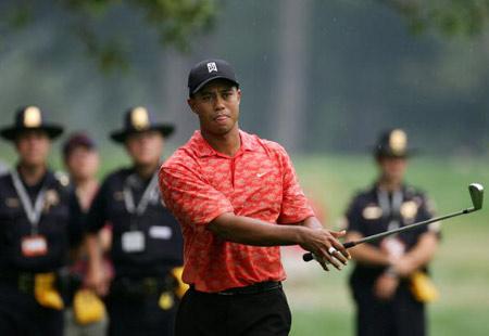 图文-美国PGA锦标赛第二轮安保人员紧跟老虎