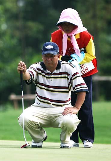 图文-高尔夫中巡赛上海站谭国华酷暑下看线