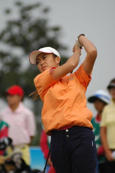 图文-业巡赛双山高尔夫站王春霞身后观众众多