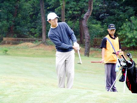 图文-男子业余公开赛第三轮精准铁杆切上果岭