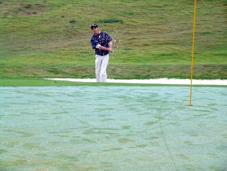 图文-男子业余公开赛第三轮沙坑救球切上果岭