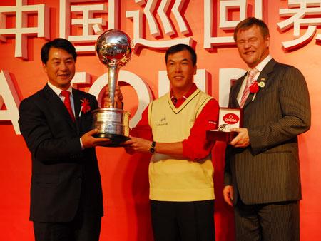 图文-2006中巡赛年度颁奖晚宴张连伟获奖金王奖杯
