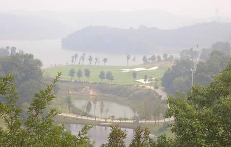 图文-FGT巡回赛湖南龙湖站雾中的龙湖球场一角