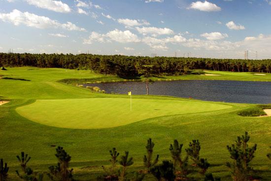 图文-南山国际高尔夫球场天然湖泊点缀其间