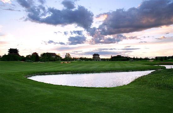 图文-第一城高尔夫球场第3洞小湖点缀其间