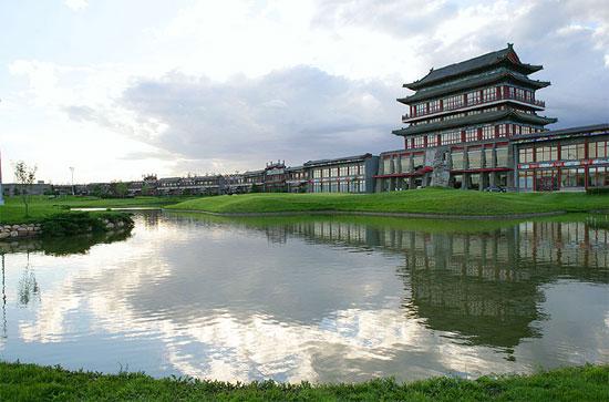 图文-第一城高尔夫球场池水映照楼台亭榭