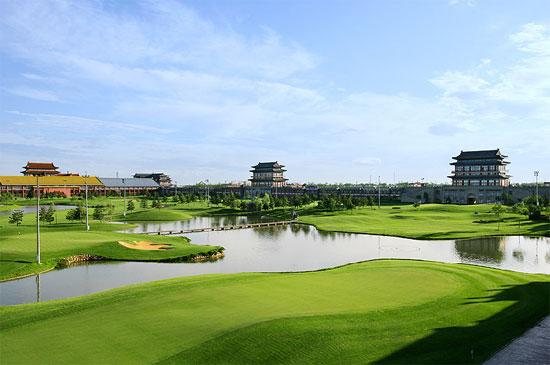 图文-第一城高尔夫球场小河相间果岭独具韵味