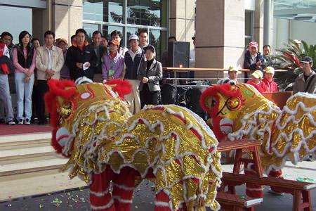 图文-中信朝向业巡赛开幕南海传统舞狮