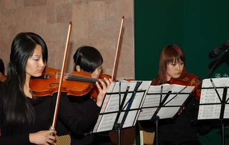 图文-2007中国业巡赛揭幕晚宴乐队献艺