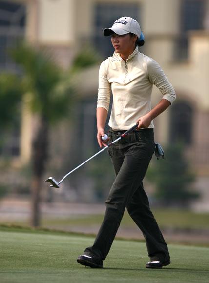 图文-美的女子精英赛第一轮陈婉珍扛起推杆前进