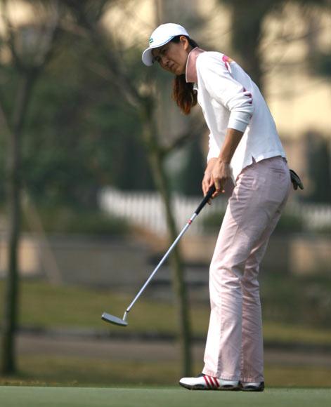 图文-美的女子精英赛第一轮许丽华检验推杆效果