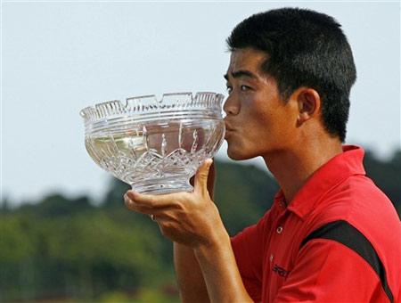 图文-新加坡名人赛决赛轮珍贵奖杯来之不易