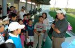 图文-IJGA金牌教练加里到访与孩子们亲密接触