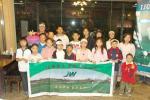 图文-IJGA金牌教练加里到访加里与孩子们合影