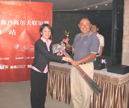 图文-招行白金卡联谊赛上海站净杆冠军俞杨喜笑颜开