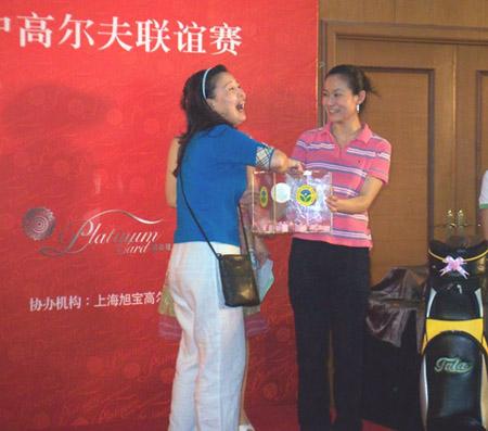 图文-招商银行高尔夫联谊赛幸运抽奖最是快乐