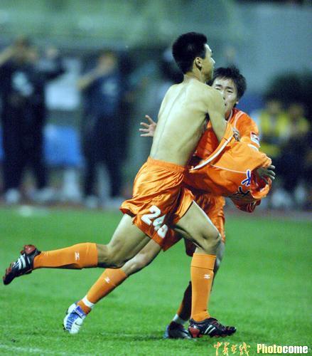 图文-山东鲁能主场3-1胜天津泰达吕征脱衣庆祝进球