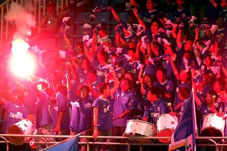 图文-山东鲁能2-1上海申花疯狂的蓝魔燃放烟火