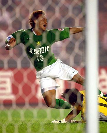 图文-[中超]北京现代2-0上海国际徐云龙突破获点球