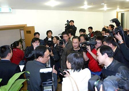 图文-足协宣布对国安罢赛处罚足协官员被媒体包围