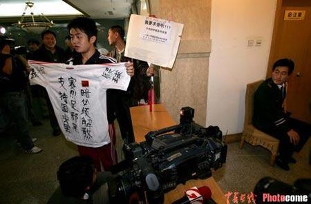 图文-中超联赛委员会全体会议球迷在会议室外示威