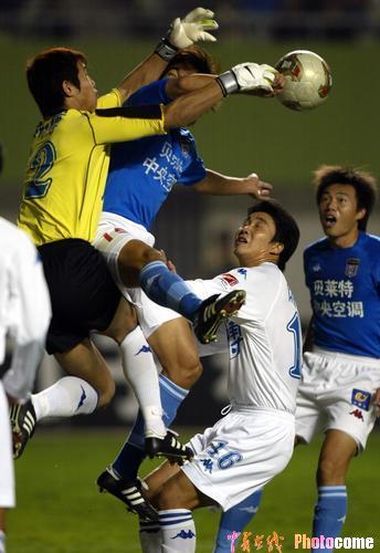 图文-青岛贝莱特0-1天津康师傅双方门前混战