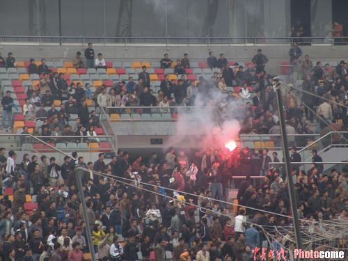 图文-中超第17轮天津3-0北京球迷在看台上燃烟火