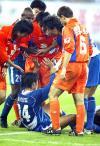 图文-[中超]上海国际2-1鲁能国际球员倒地受伤