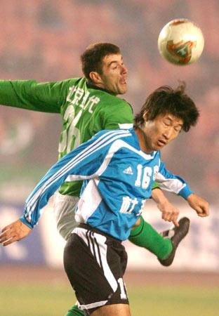 图文-[中超]北京1-0胜大连实德耶利奇挣抢头球