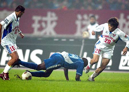 图文-重庆力帆1-1平上海国际双方队员火拼