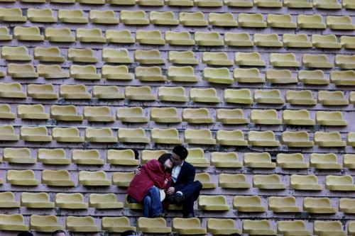 图文-中超第9轮补赛天津1-0实德看台上的护花使者