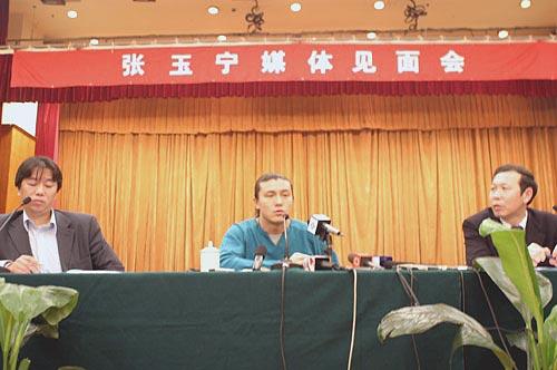 图文-张玉宁举行媒体见面会接受记者集体采访
