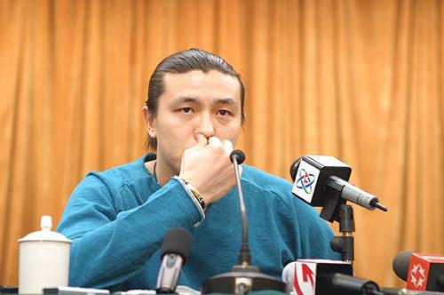 图文-张玉宁举行媒体见面会认真倾听陷入沉思