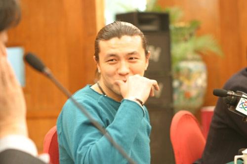 图文-张玉宁举行媒体见面会笑着和律师在沟通