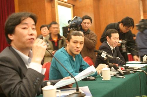 图文-张玉宁举行媒体见面会律师代表张玉宁回答