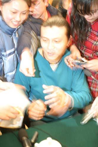 图文-张玉宁举行媒体见面会会后给球迷签名