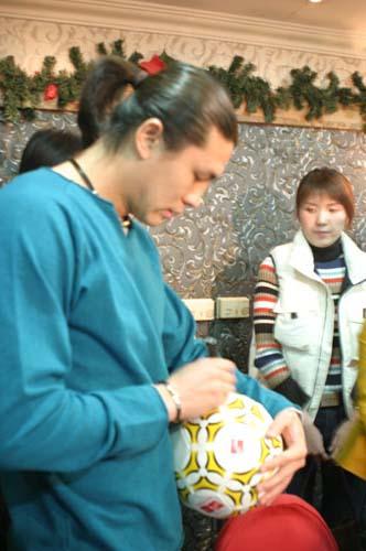 图文-张玉宁举行媒体见面会现场给足球签名
