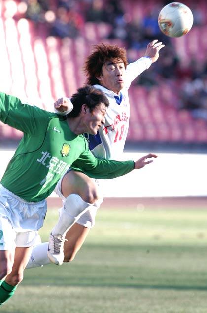 图文-北京现代4-1重庆力帆双方球员拼抢激烈