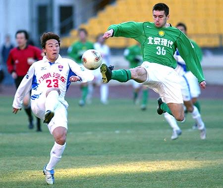图文-北京现代4-1重庆力帆耶利奇飞踢吓呆对手