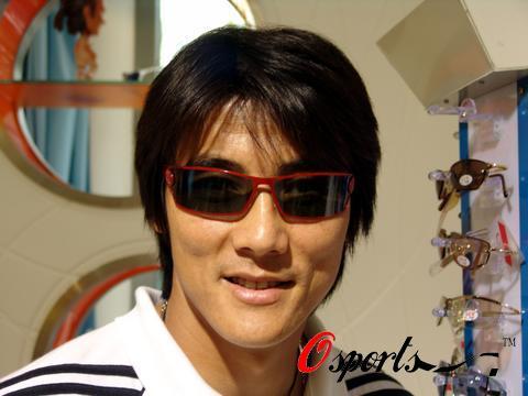 图文-实德将士忙里偷闲眼镜店做秀墨镜下的李明更酷