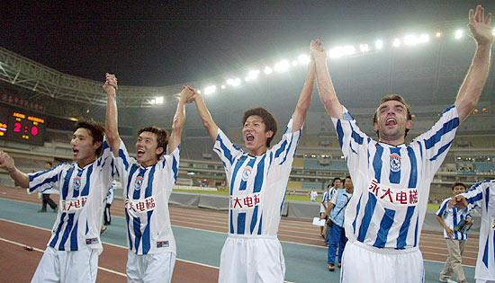 图文-[中超]国际2-0拿下鲁能国际众将欢呼胜利