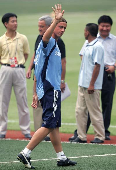 图文-皇马工人体育场赛前训练挥手致意广大球迷