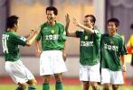 图文-北京现代客场2-1上海中邦陶伟与队友分享胜利