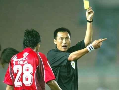 图文-青岛主场2-1胜力帆主裁秉公执法判罚没商量