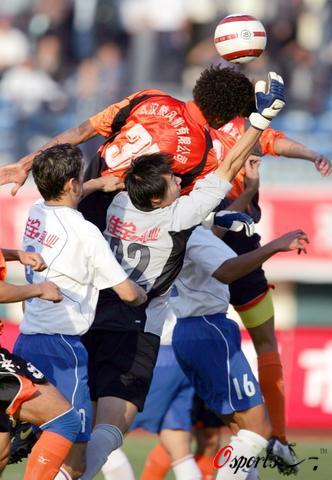 图文-[中超杯]武汉0-1山东门前混战你争我夺