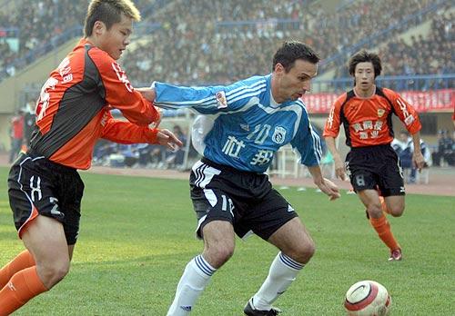 图文-中超实德2-0武汉提前夺冠潘塔传球难上加难