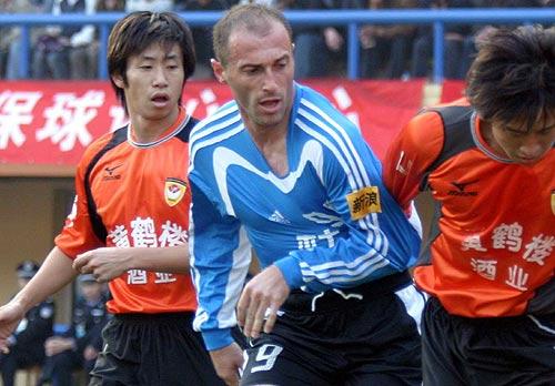 图文-中超实德2-0武汉提前夺冠扬戈遭围攻还被拉扯